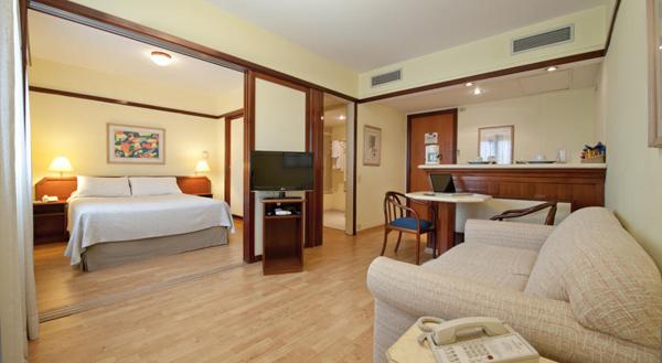 apartamento com cozinha, banheiro e sala de estar