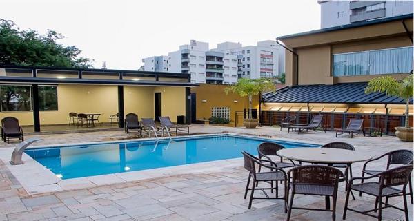 área da piscina ao ar livre no hotel plaza inn master ribeirão preto