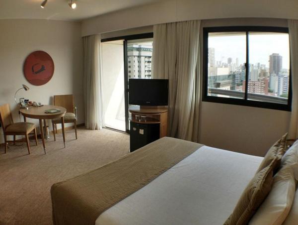 quarto com mesa de trabalho e vista hotel quality moema