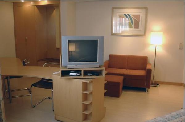 quarto com sofá hotel tsue bienal flat
