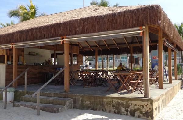 hotel costa balena com atendimento na beira da praia no quiosque morada do sol