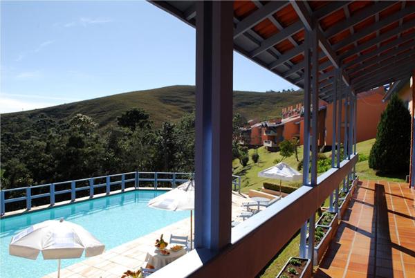 vista para montanha e piscina