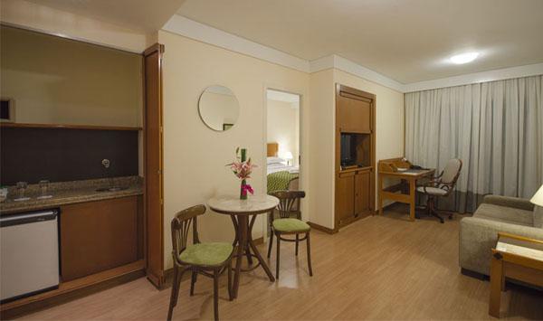 sala de estar e minicozinha do Hotel Estanplaza Nações Unidas